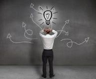 Stressad affärsman som ser en ljus kula Arkivfoton