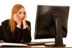 Stressad angelägen stirrande för affärskvinna i bildskärm i hennes kontor fotografering för bildbyråer