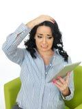 Stressad bekymrad ung kvinna som använder socialt massmedia Royaltyfri Foto
