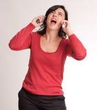 Stressad brunett som talar med två telefoner Royaltyfria Foton