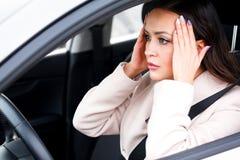 Stressad chaufför för ung kvinna i en bil arkivbilder