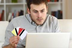 Stressad dobbleri för tvångsmässig hasardspelare på linje Royaltyfri Fotografi