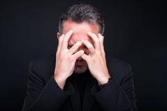 Stressad eller stramad åt flott man som ser mycket ilsken arkivfoto