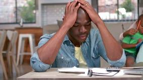 Stressad fader som hemma beräknar räkningar