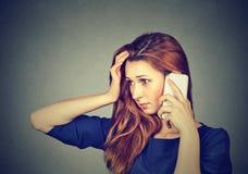 Stressad flicka som talar på telefonen royaltyfri fotografi