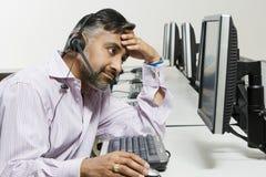 Stressad kundtjänstoperatör på appell royaltyfri fotografi