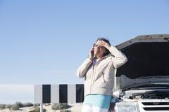 Stressad kvinna för bilavbrott ner Fotografering för Bildbyråer