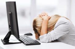 Stressad kvinna med datoren Royaltyfria Bilder