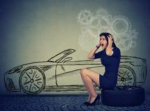 Stressad kvinna med det plana gummihjulet för bruten ner bil Royaltyfria Bilder