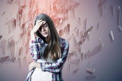 Stressad kvinna på abstrakt bakgrund Arkivfoto