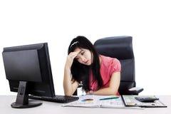 Stressad kvinna på arbete Arkivfoto