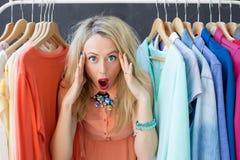 Stressad kvinna som avgör vad för att bära arkivbild