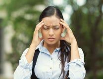 Stressad kvinna som har huvudvärk Arkivfoton