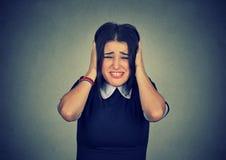 Stressad kvinna som pressar huvudet med händer arkivfoto