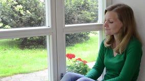 Stressad kvinnahuvudhand arkivfilmer