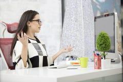 Stressad kvinnlig freelancer som skriker i chock och att ha allvarligt datorproblem Royaltyfri Foto