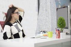 Stressad kvinnlig freelancer som skriker i chock och att ha allvarligt datorproblem Royaltyfria Foton