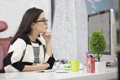 Stressad kvinnlig freelancer som skriker i chock och att ha allvarligt datorproblem Arkivfoton