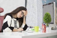 Stressad kvinnlig freelancer som skriker i chock och att ha allvarligt datorproblem Royaltyfri Fotografi