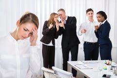 Stressad kvinnlig kollega i regeringsställning royaltyfri foto