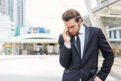 Stressad ledsen affärsman för stående utomhus royaltyfri foto