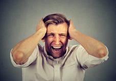 Stressad man förargat frustrerat skrika royaltyfria foton