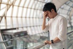 Stressad man i flygplats royaltyfria foton