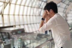 Stressad man i flygplats arkivfoto