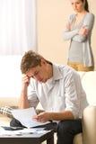 Stressad man och kvinna som argumenterar om budget Royaltyfria Foton