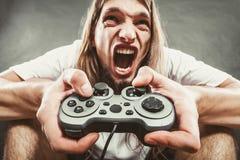 Stressad man som spelar på blocket Arkivfoton