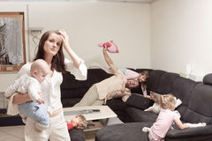 Stressad moder med familjen Royaltyfri Fotografi