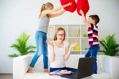 Stressad moder som hemifrån arbetar Royaltyfri Fotografi