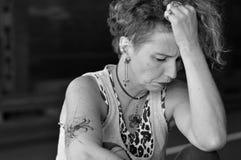 Stressad mogen punkrockdam arkivfoto
