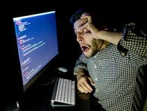 Stressad programvarubärare med det hemmastadda kontoret för dator Arkivbilder