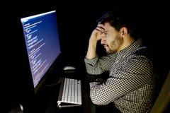 Stressad programvarubärare med det hemmastadda kontoret för dator Arkivfoto