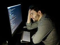 Stressad programvarubärare med det hemmastadda kontoret för dator Fotografering för Bildbyråer