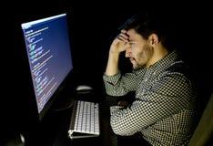 Stressad programvarubärare med det hemmastadda kontoret för dator Royaltyfria Foton
