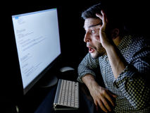 Stressad programvarubärare med det hemmastadda kontoret för dator Royaltyfria Bilder