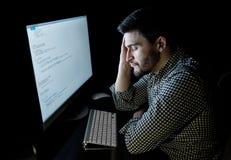 Stressad programvarubärare med det hemmastadda kontoret för dator Royaltyfri Foto