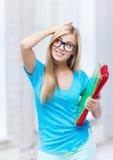 Stressad student med mappar i universitetsområde Fotografering för Bildbyråer