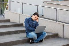 Stressad student som förbereder sig för en examen arkivfoto