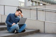 Stressad student som förbereder sig för en examen arkivbild
