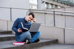 Stressad student som förbereder sig för en examen arkivfoton