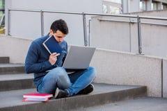Stressad student som förbereder sig för en examen royaltyfria foton