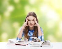Stressad studentflicka med böcker Royaltyfria Bilder