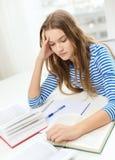 Stressad studentflicka med böcker Royaltyfria Foton