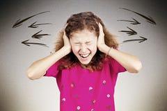 Stressad tonårig flicka som skriker och att ropa arkivbild