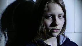 Stressad tonårig flickaskräck av något och säger med gest att göra tystnad 4k UHD stock video
