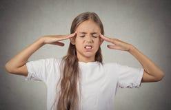 Stressad tonåringflicka med händer på tempel Fotografering för Bildbyråer