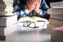 Stressad, trött och olycklig student För mycket arbete från skola royaltyfria foton